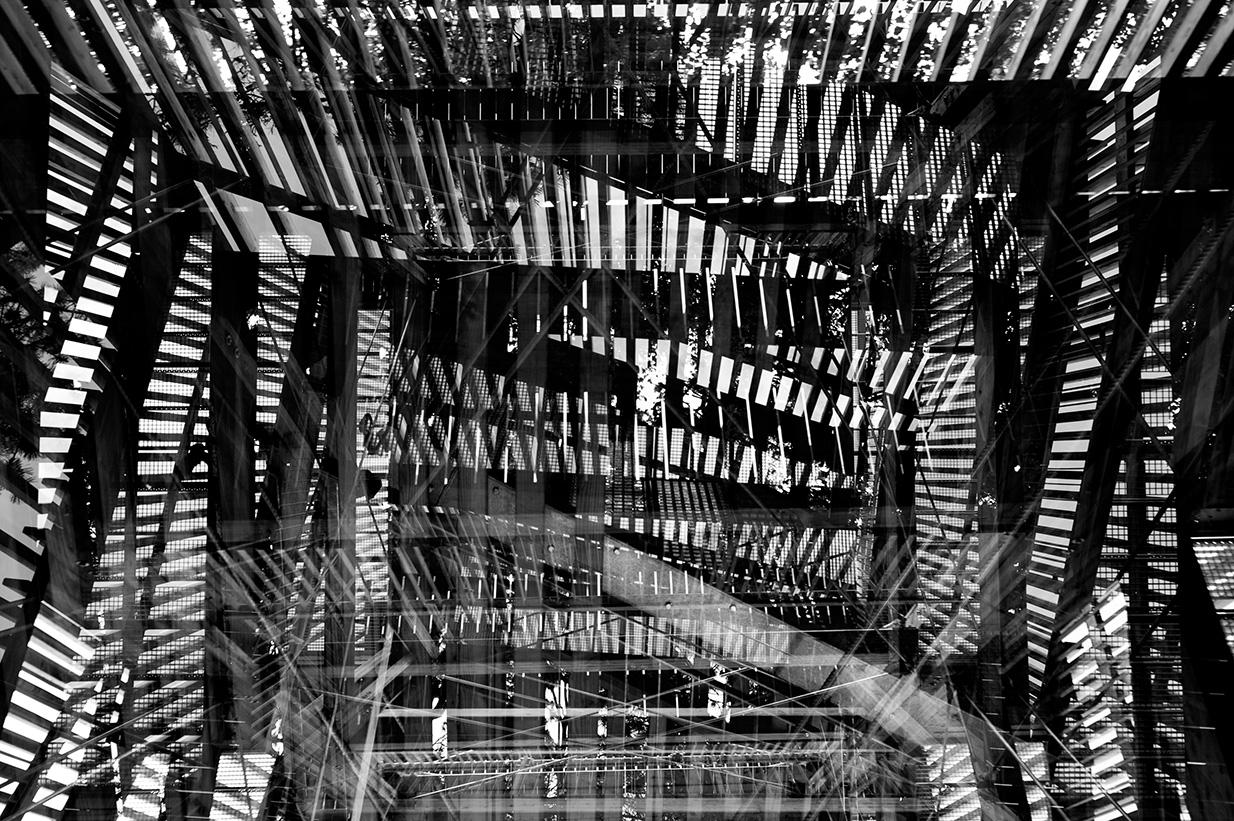 4fach Belichtung von der Treppe eines Aussichtsturms, aus verschiedenen Positionen von unten fotografiert.